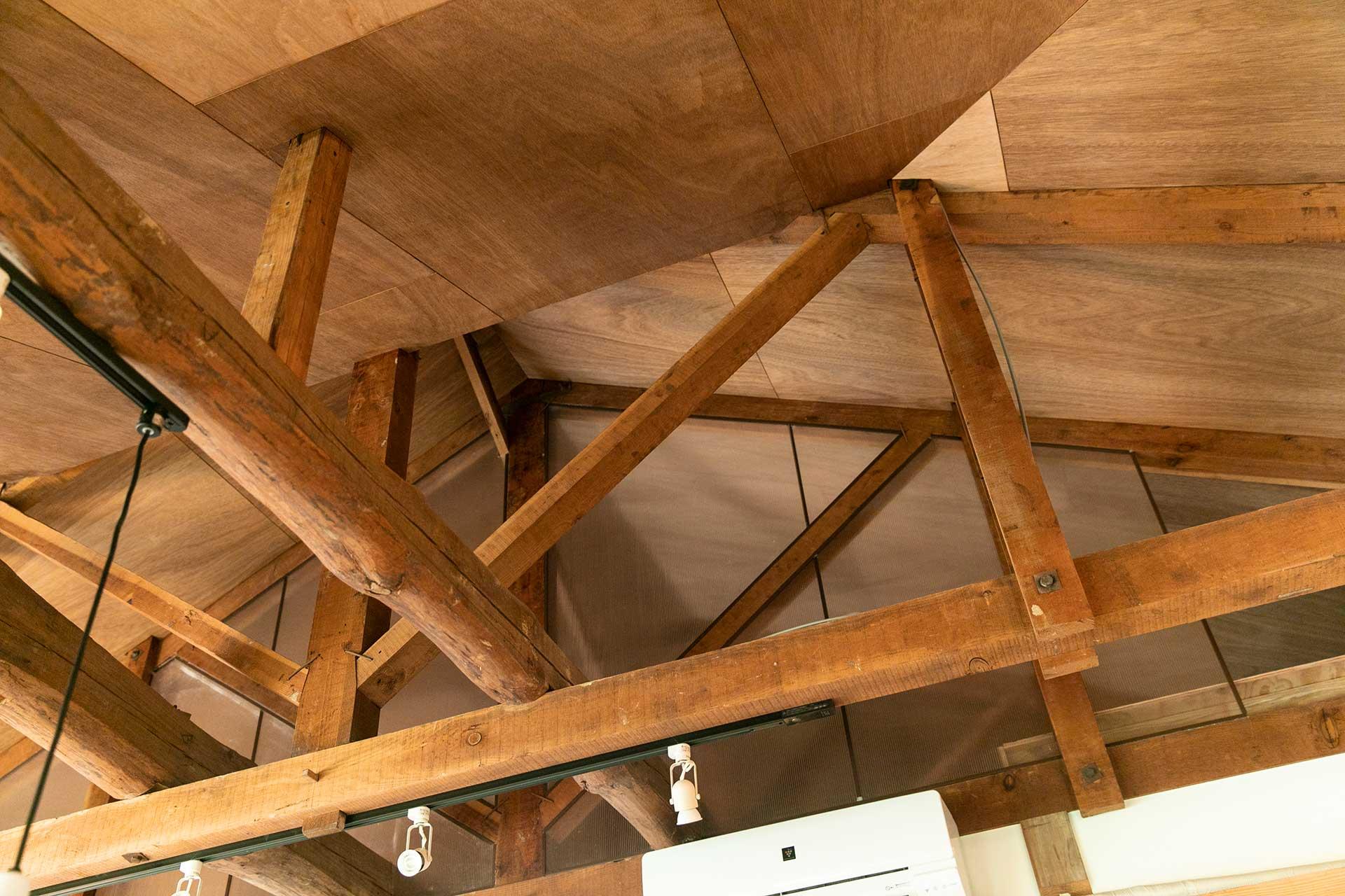 天井の隙間には断熱材を入れています。