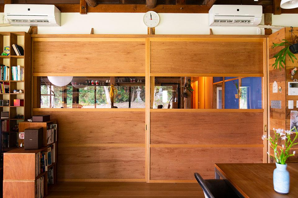 畳の下にあった座板を再利用し、下駄箱の壁にして活用しています。この座板は結構な量が確保できたので、キッチンにも取り入れていますよ