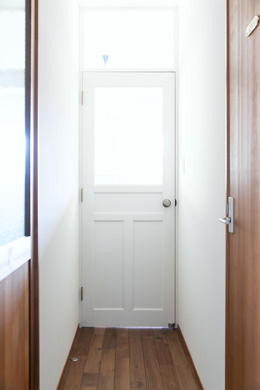 オーソドックスなアルミ素材ではなく、エッグシェルカラーのドアに