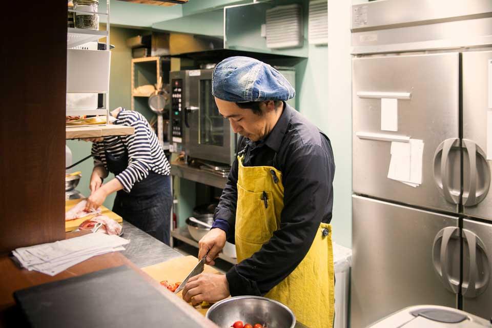 シチュエーションの異なる昼と夜の需要に対して万全の状態で臨む。そんな意思がこの厨房レイアウトからひしひしと伝わってくる。
