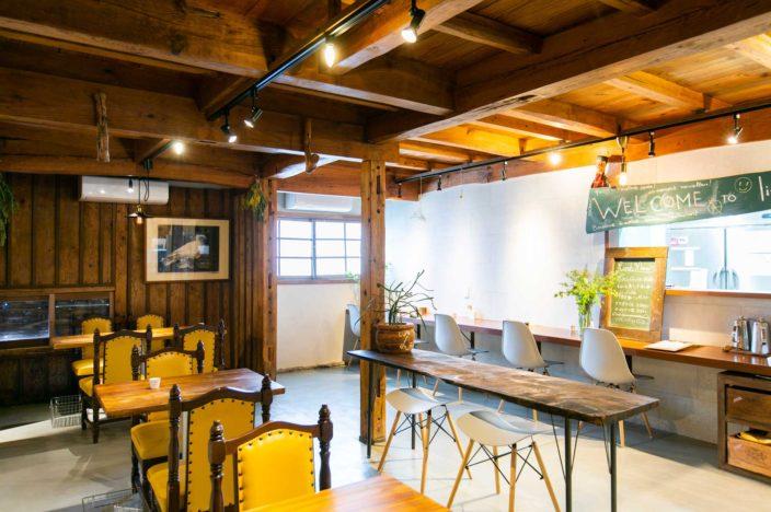 長崎県東彼杵町 Little LEOのフロアはテーブル席を主体としつつも、カウンター席も用意。