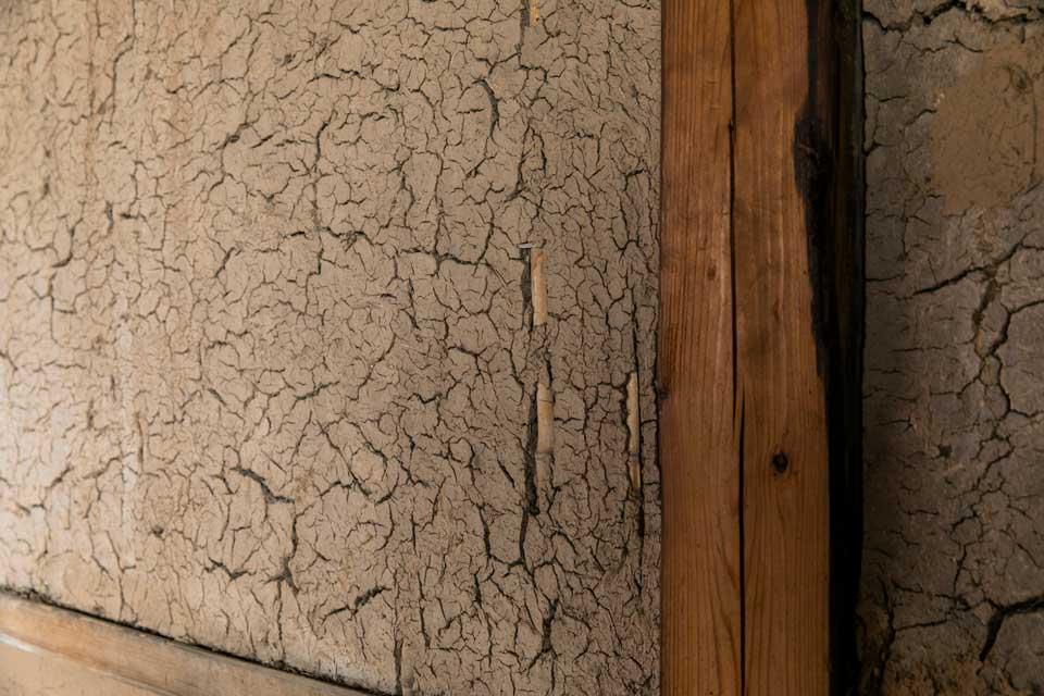 解体の際に生じた土をとっておき、必要な箇所のパテ埋めをしてもらった。