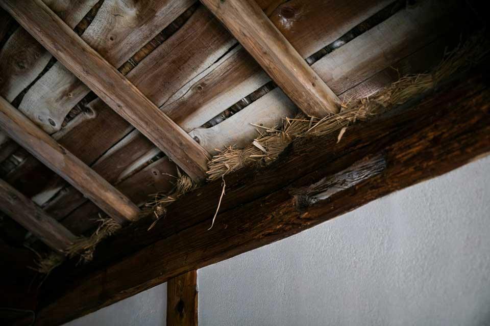 屋根の隙間に、元々あった藁を束にして埋め込んだり、そのほかにも柱を一本いっぽん吹き上げ、オイルを塗りこむなど、細かいところまで色々と助けてもらえ、本当に助かりました。