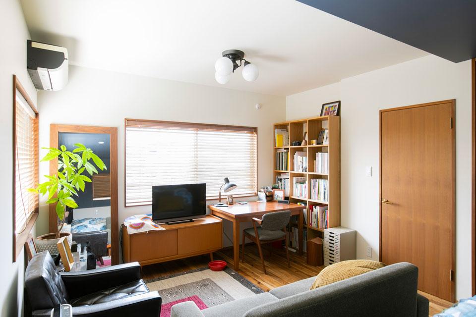 尾道のホテルにインスピレーションを受け、それを具現化したという2Fは、ベッドルームであり、古川さんの書斎でもあります。