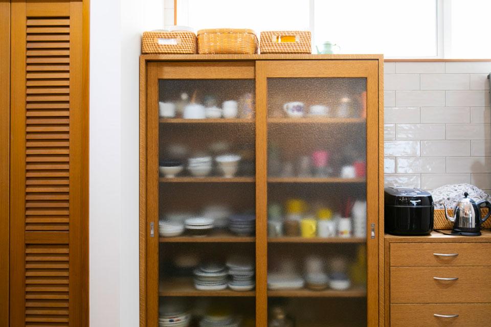 キッチンにすっと収まっている食器棚は里山建築のオリジナル。自宅の食器を元に、サイズ感を徹底的に検討したため、手元の食器類が整然と並びます。