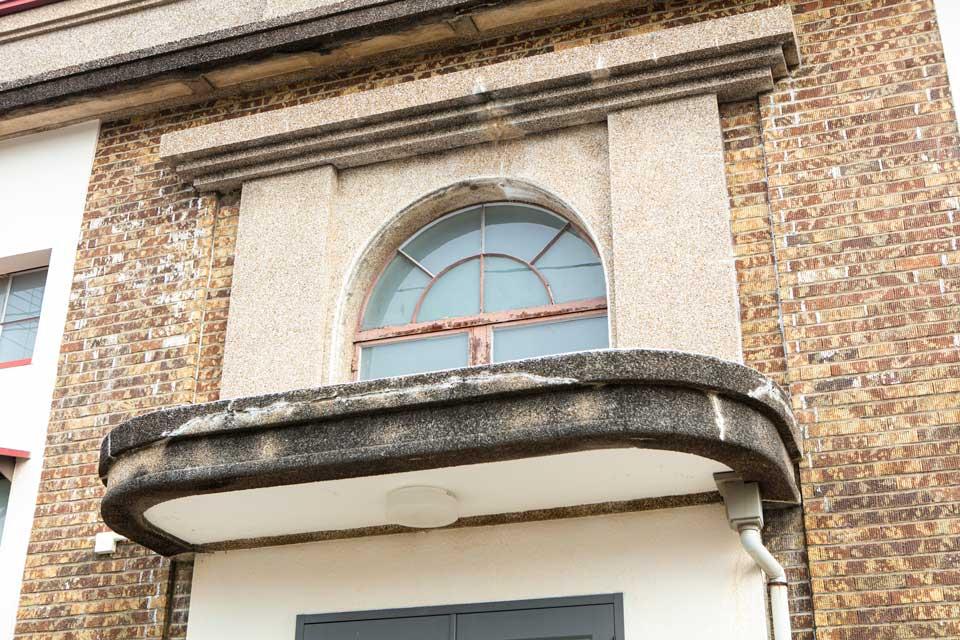 旧銀行だった「金富良舎」のリノベーションは里山建築が手掛ける。