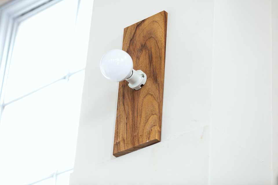 フロアの両サイドに設置された照明の土台にも木材があしらわれる