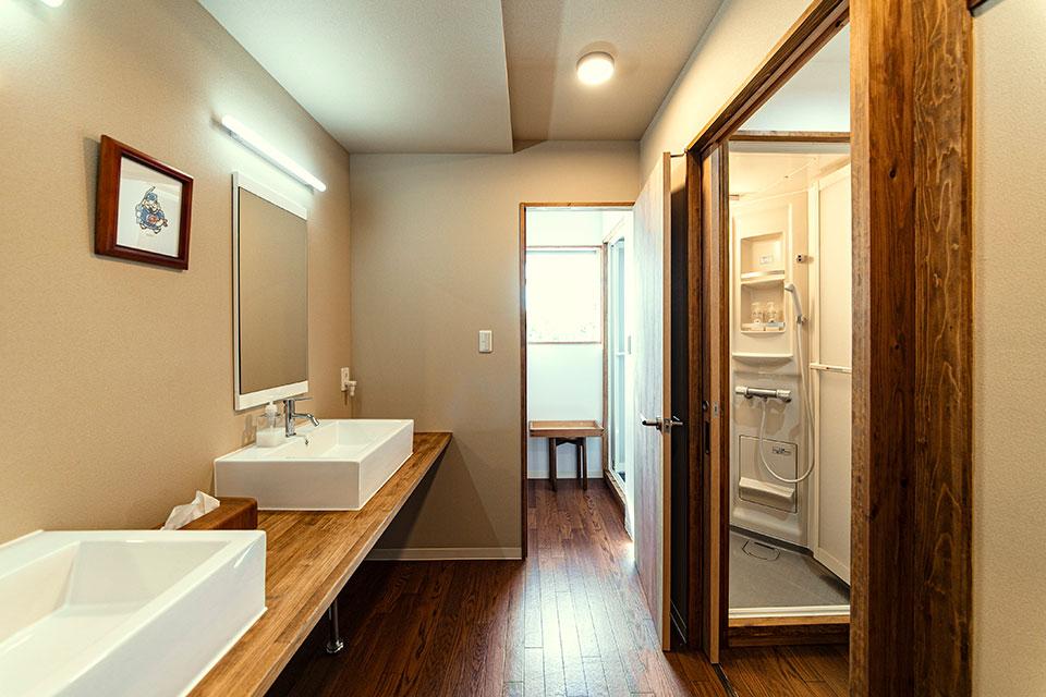 住居部分を削ることでシャワールームの反対側をセットバックし、新たに生まれたスペースに洗面台を取り入れた。