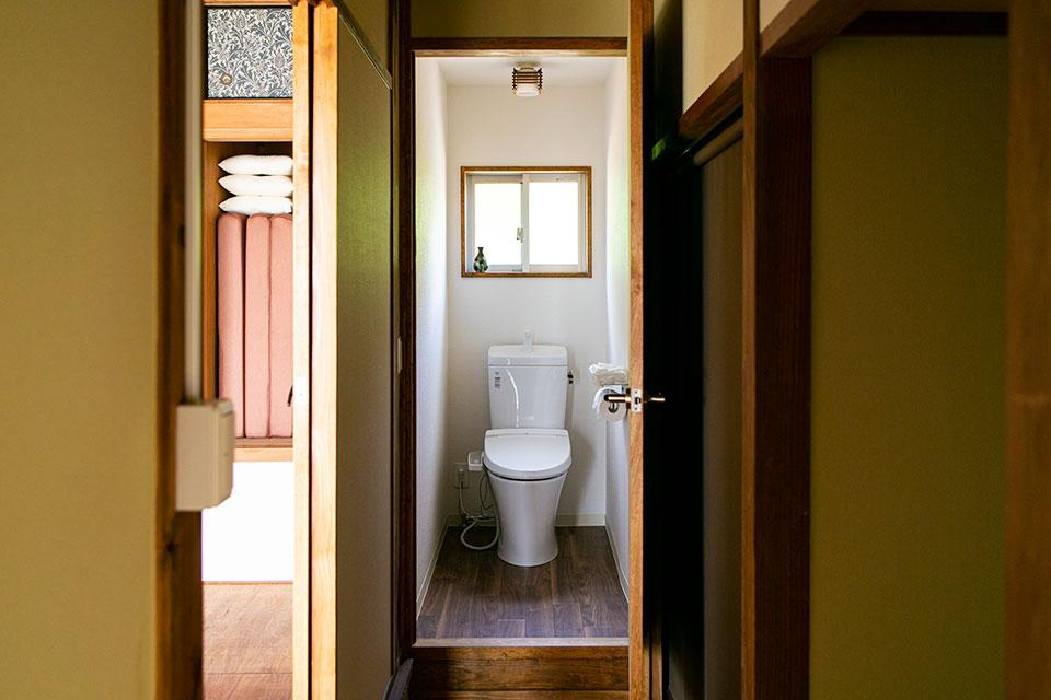 2Fのトイレは階段を上がった先の正面に設置。以前は押入れだった空間を利用した。