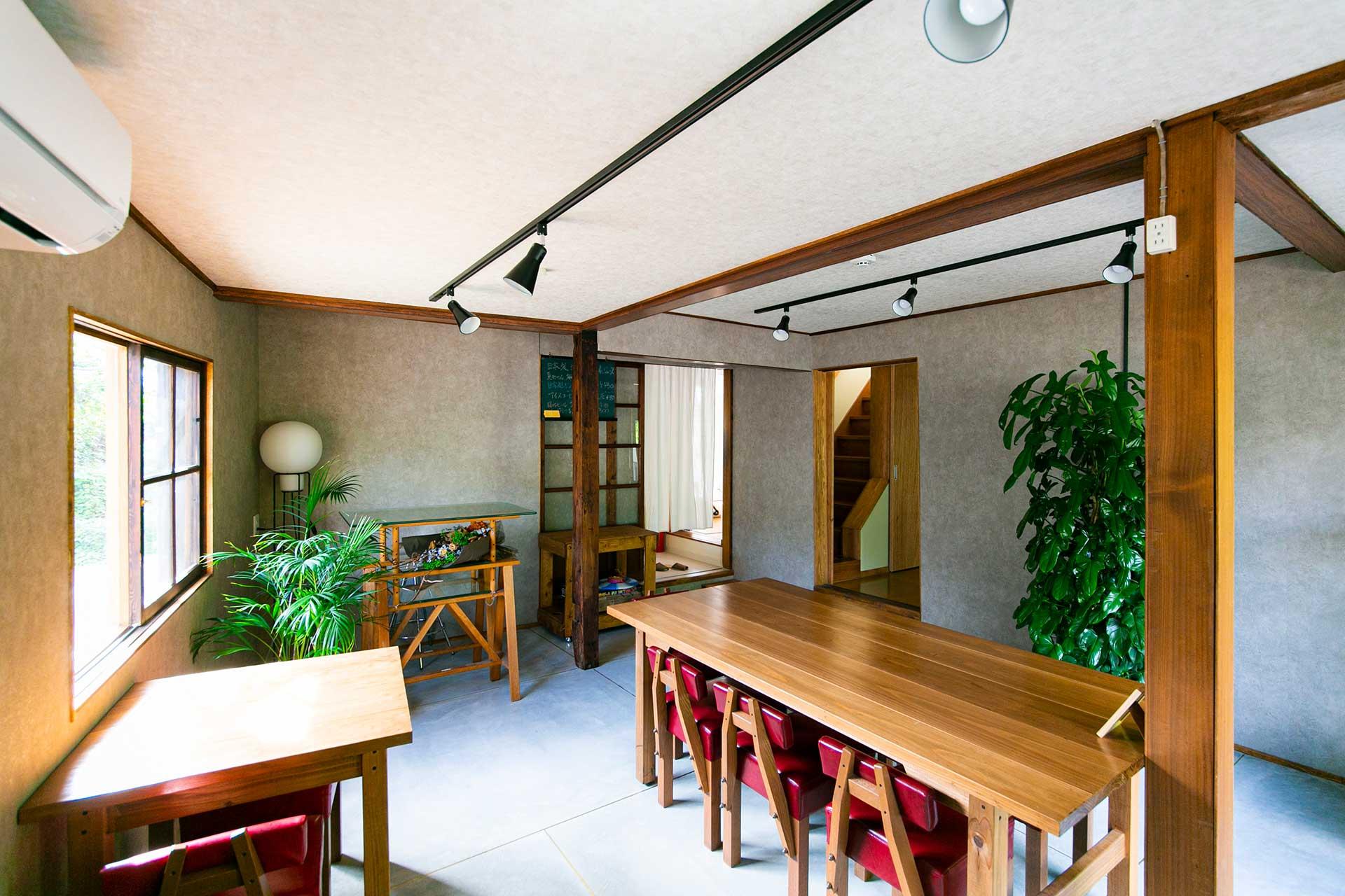 カフェラウンジは宿泊者にとっては朝食を楽しむ空間であり、一方で、一般にも開放しているため、地域の人々との交流が生まれる場としても機能している。