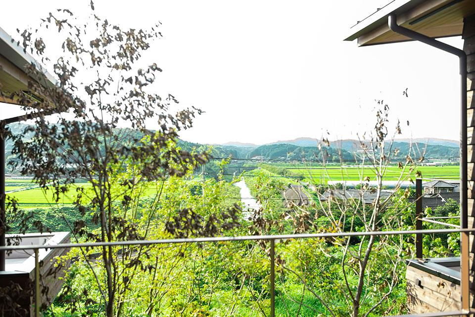 我が家のすぐ下に見えているのが実家です。ちょっと高台にあり、川棚川がきれいに見えるんですよ。この場所からの眺めは僕にとって特別なものです