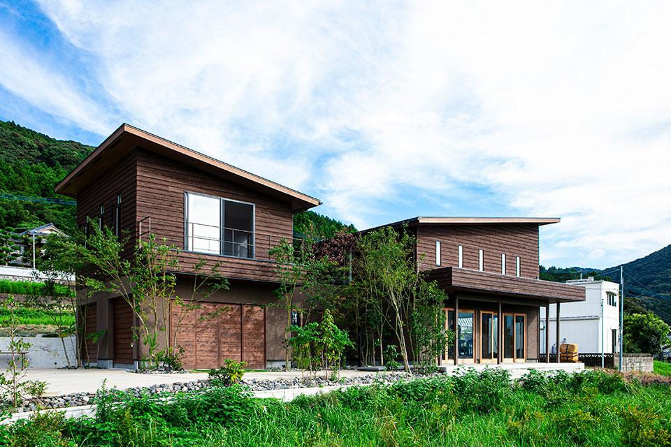向かって左側にある家屋の1階部分は2台収容できるガレージ、2階部分はご夫婦の寝室と子供部屋。