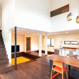 山脇さんの家への思いが最も凝縮しているリビングは、中央に延びるランウェイが最大のアクセント。