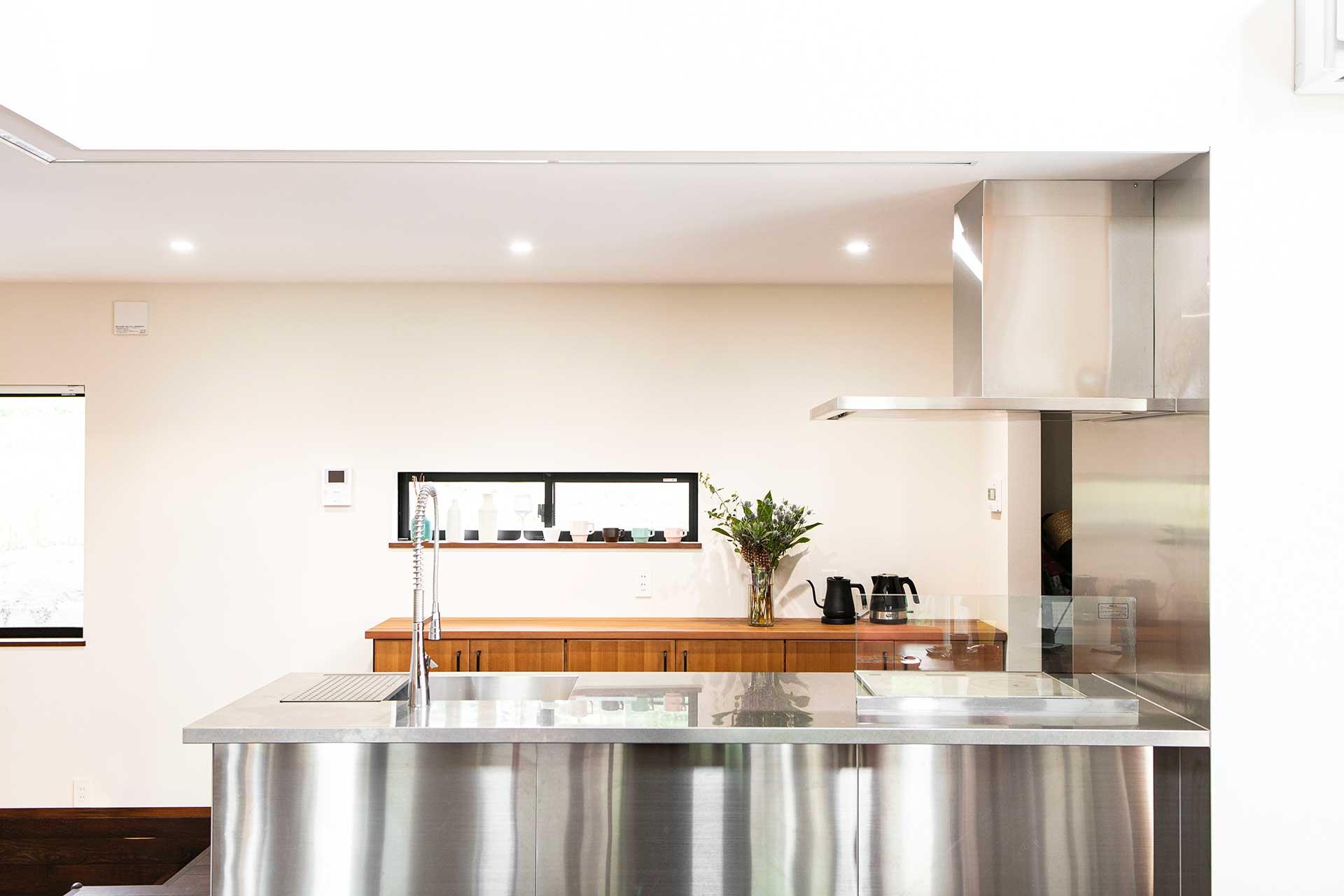 キッチンと棚の幅もゆったりと設けた。