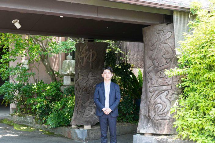 1830年に嬉野の地で創業した老舗旅館「大村屋」。その15代目を25歳の若さで背負った北川健太さん