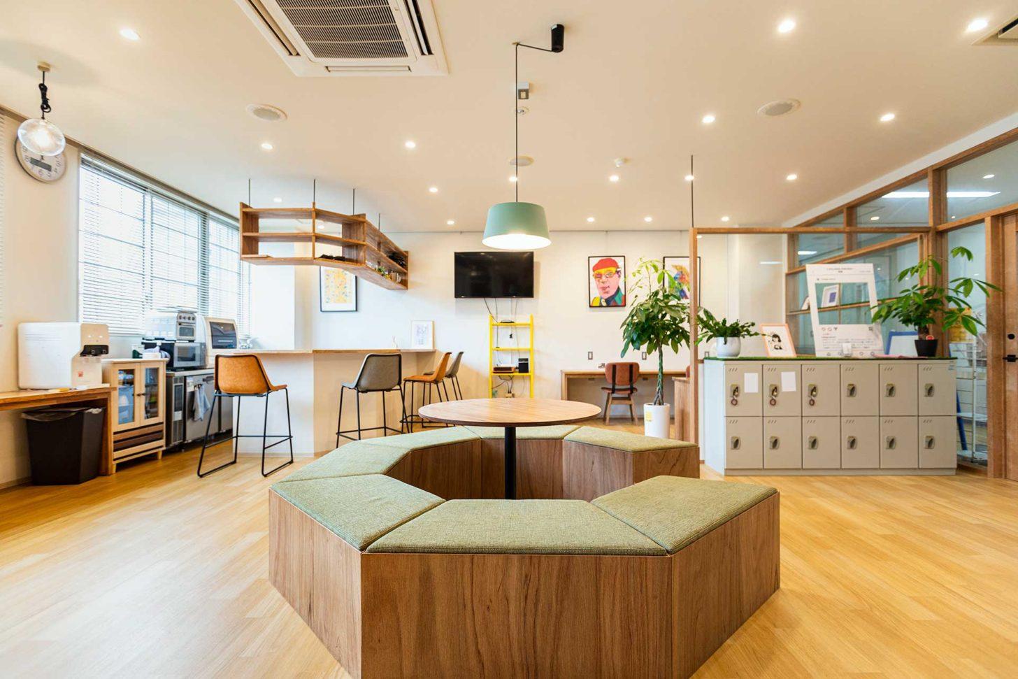 長崎県大村市 L VILLAGE(エル・ビレッジ) ラウンジスペースにはバーカウンターがあり、カウンターの中には簡易的なキッチンも用意。