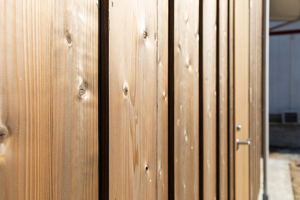 見る人に温かみを伝える建物の壁には杉板を惜しみなく使う 里山建築