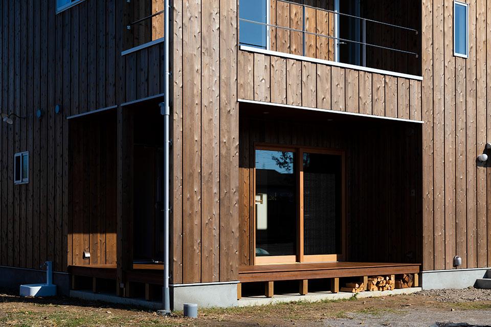 ハーブや鉱物で作られた自然素材の塗料を用いた。東島邸 里山建築