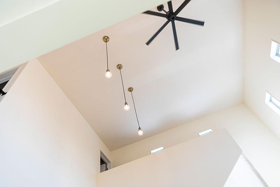 玄関を入ると高い天井からやさしく差し込んでくる太陽の光が心地よい。東島邸 里山建築