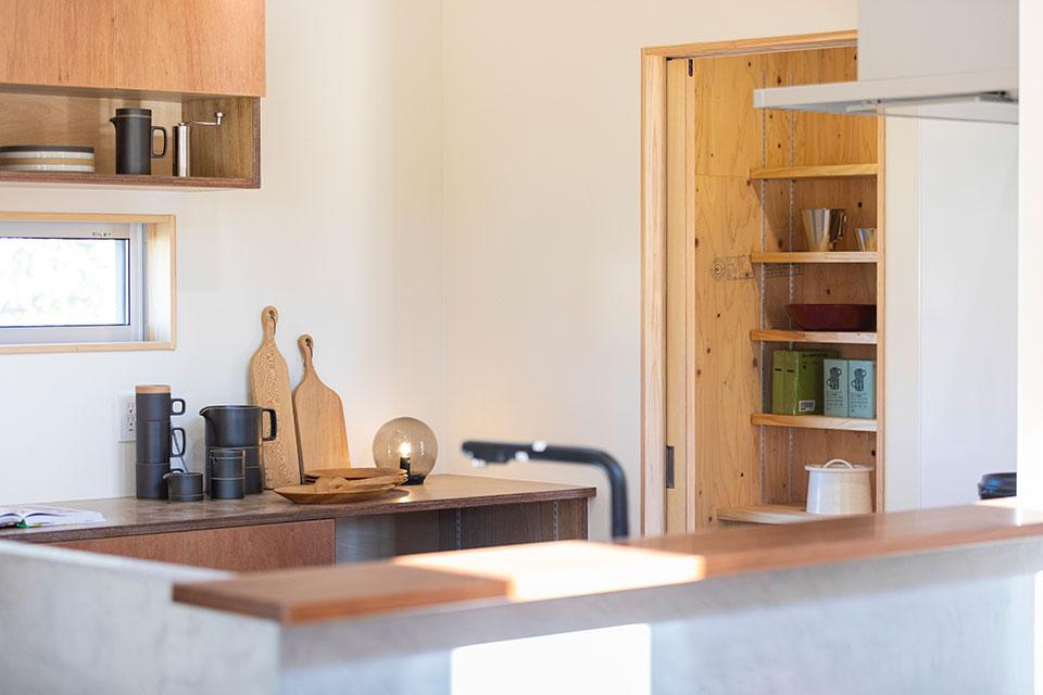 パントリーには食料品のほか、使用頻度の低い器類も収納。東島邸 里山建築