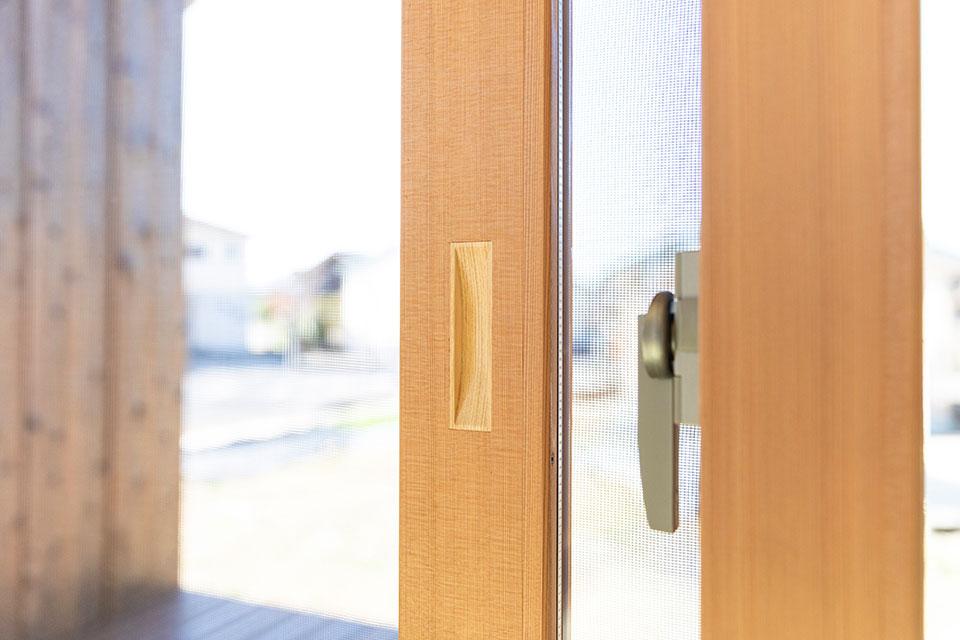畳敷きスペースに取り入れた1Fの木造の窓枠。東島邸 里山建築