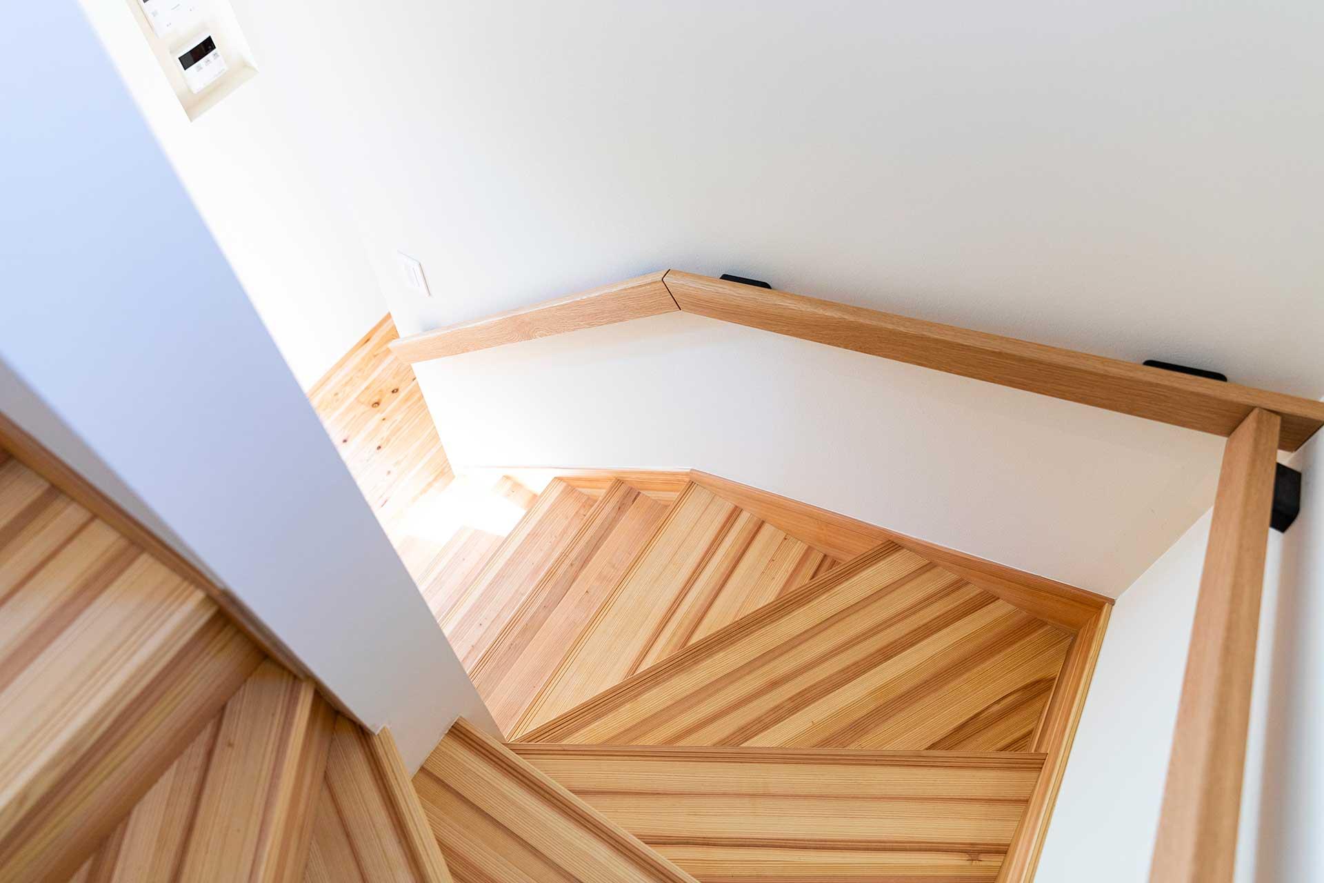 階段は難易度の高い斜めに折り返す仕様に。東島邸 里山建築
