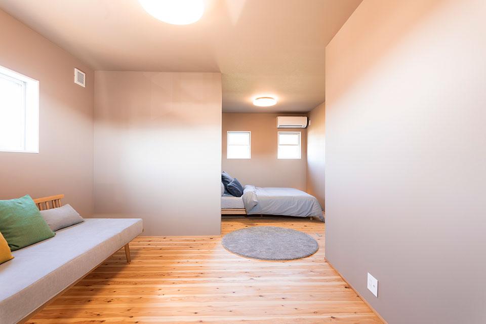 二階には夫婦の寝室、子供部屋のほか、リビング上のスペースを生かし、夫婦で利用できるちょっとしたフリースペースを造作。東島邸 里山建築
